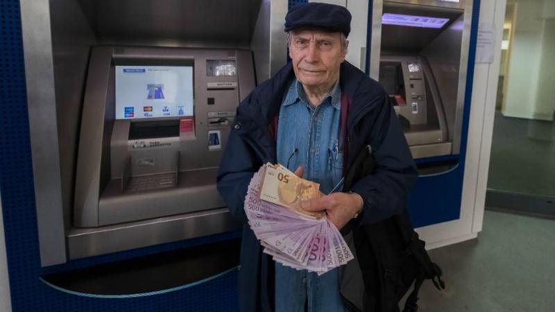 Общество: Банк отказался выдать пенсионеру сбережения и отправил его в банкомат