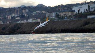 Пассажирский самолет скатился с обрыва в море (+видео)