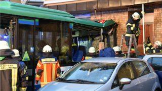 Школьный автобус въехал в стену жилого дома: пострадали 43 ребенка