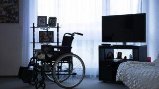 Персонал дома для инвалидов одевал пациентов в откровенные наряды и фотографировал их