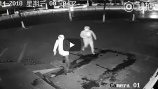 Брось камень в ближнего своего: ограбление закончилось, не успев начаться (видео)