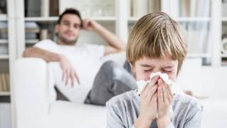 Советы иммунолога: как не заразиться, когда дома все болеют?
