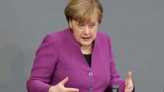 Меркель, ссылаясь на солидарность, заставляет страны ЕС принимать беженцев