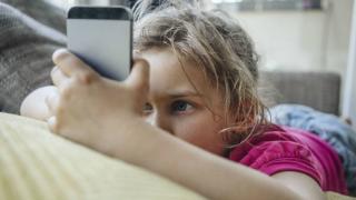 В каком возрасте ребенку стоит купить его первый смартфон?
