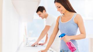 Теплая вода и старая тряпка: основные ошибки, которые совершают при домашней уборке
