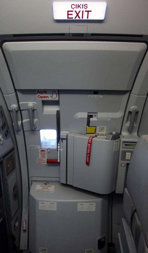 Досуг: Можно ли открыть дверь самолета во время полета?