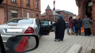 История одного фейка: беженка приехала за бесплатной едой на Mercedes