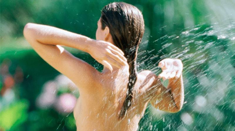 Общество: Можно ли загорать в своем саду и принимать душ голым?
