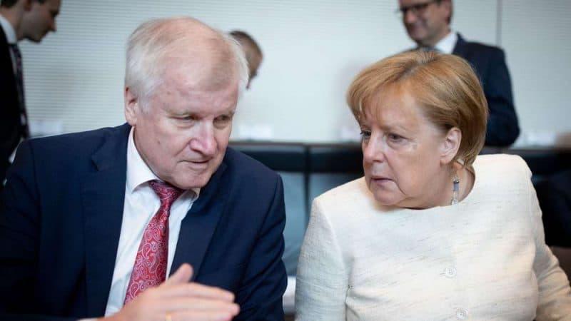Политика: Конфликт между Меркель и Зеехофером обострился: прозвучал первый ультиматум