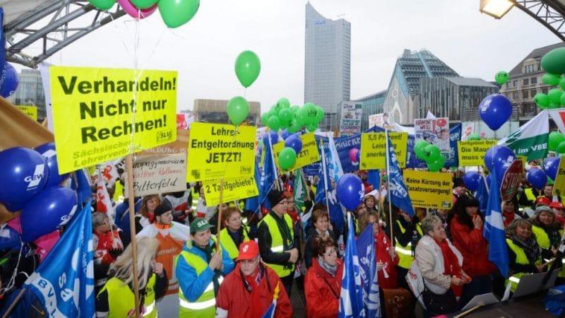 Закон и право: Государственным служащим запретили участвовать в забастовках