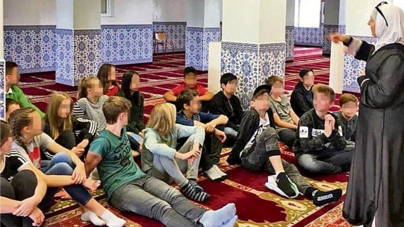 Общество: Почему немецких школьников отправили в мечеть, которая находится под наблюдением?