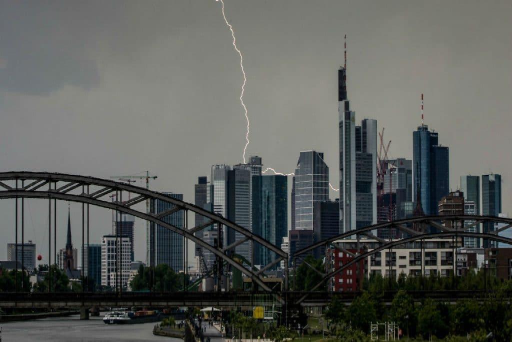 Происшествия: Во Франкфурте буря привела к задержкам поездов и отменам авиарейсов