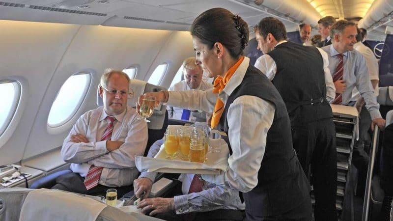 Общество: Скрытая опасность: не пейте кофе или чай на борту самолета