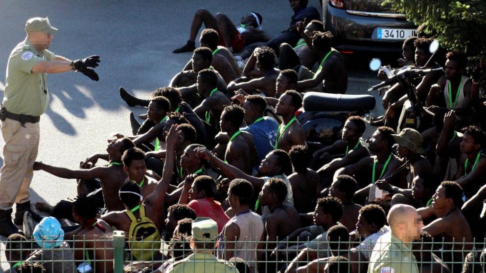 Отовсюду обо всем: Сотни мигрантов попытались штурмом взять пограничный пост