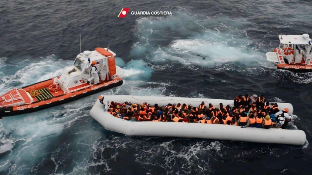 Политика: Италия снова начнет принимать спасенных в Средиземном море беженцев