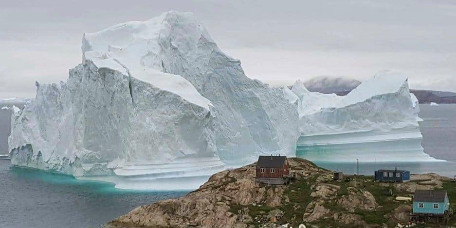 Отовсюду обо всем: Жители деревушки вынуждены покидать свои дома из-за бродячего айсберга