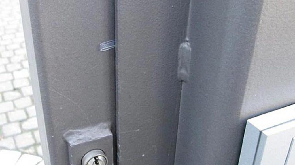 Общество: Пластиковая полоска в дверной щели – знак, что готовится ограбление