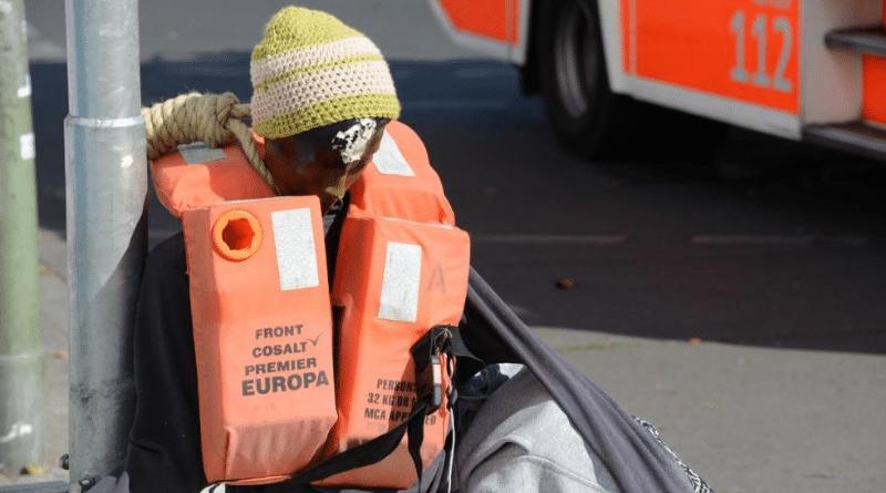 Общество: Шокирующая акция в Берлине: на кране подвесили «беженца» рис 2