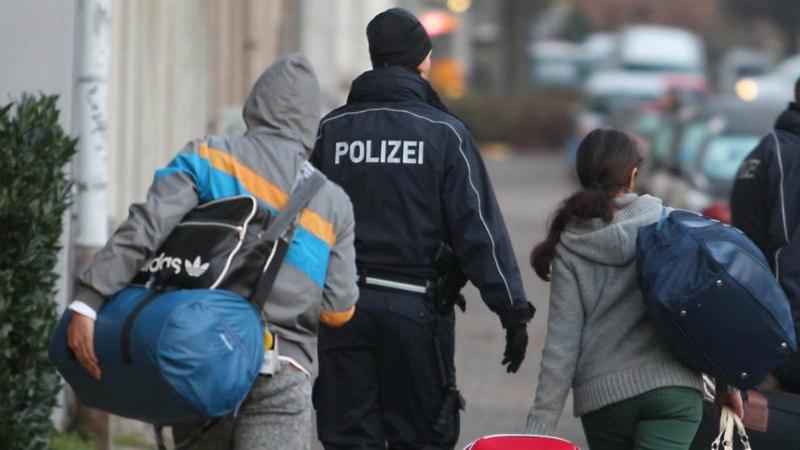 Общество: Как избежать депортации? Эффективные трюки мигрантов