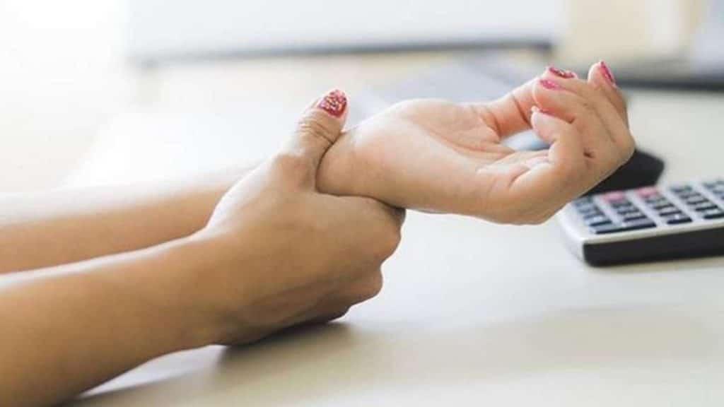 Здоровье: Покалывание, онемение и дрожь в руках: на что указывают эти симптомы?