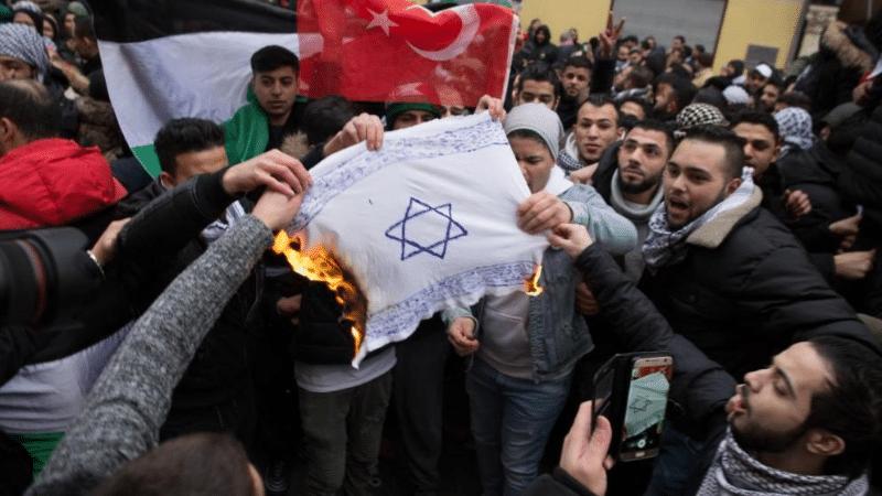 Политика: Насколько высок уровень антисемитизма в немецких парламентских партиях?