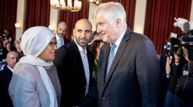 Общество: Колбаса раздора: на исламской конференции на стол подали свинину