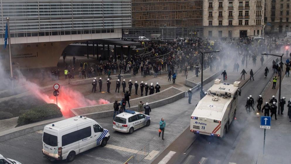 Отовсюду обо всем: Беспорядки в Брюсселе: полиция вынуждена применить спецтехнику