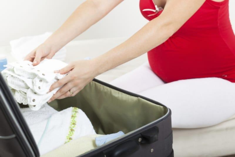 Полезные советы: Беременная складывает вещи в чемодан
