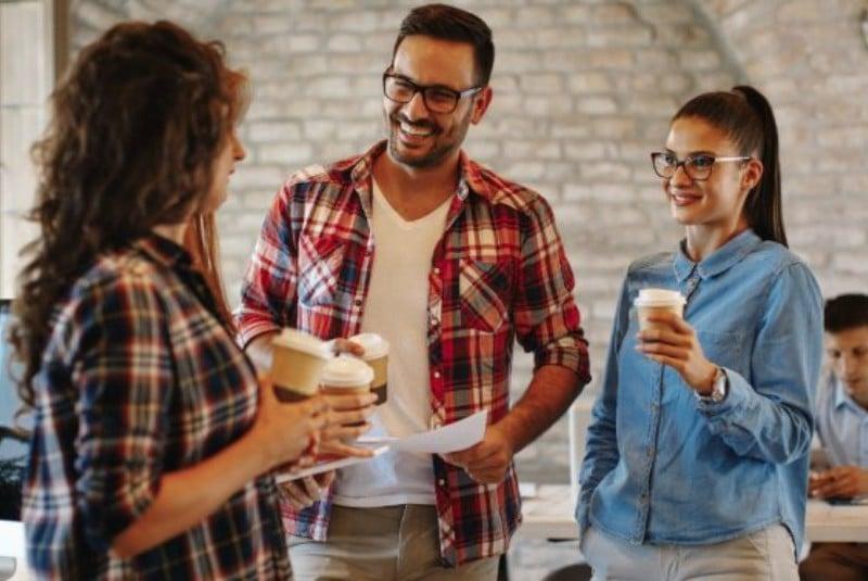 Полезные советы: Коллеги общаются за чашкой кофе