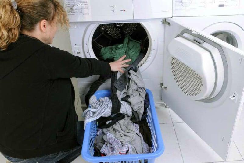 Домашние хитрости: Женщина складывает белье в стиральную машинку