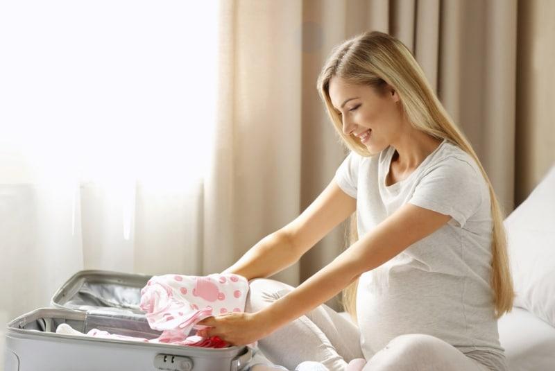 Полезные советы: Женщина складывает одежду для родов