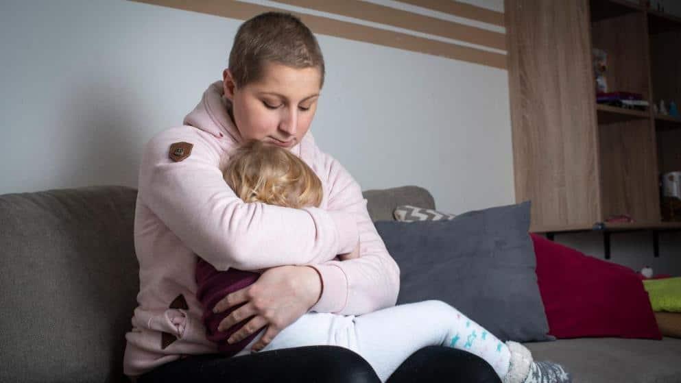 Общество: Рак и сокращение пособия: трагическая судьба матери-одиночки