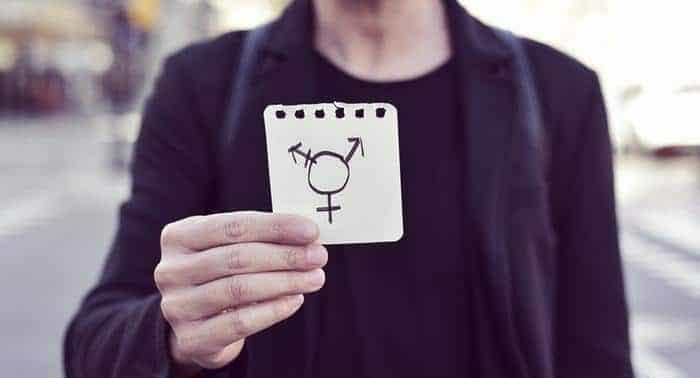 Закон и право: Страховщикам придется оплатить трансгендеру процедуру удаления волос на лице