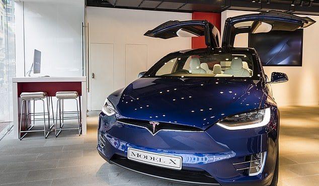 Технологии: Водителя Tesla застукали спящим за рулем