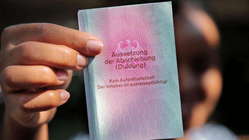 Общество: Почему трое из четырех подлежащих депортации беженцев остаются в Германии?