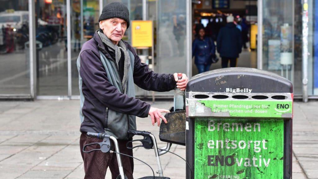 Общество: Бедность в Германии: что нужно делать, чтобы в старости не пришлось собирать бутылки