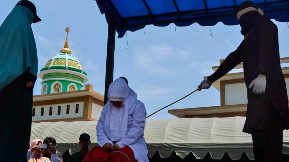 Отовсюду обо всем: Ужасы шариата: людей избивают палками