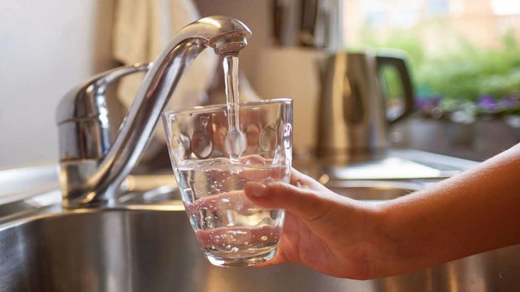 Общество: Аферисты заставляют потребителей покупать ненужные фильтры для воды