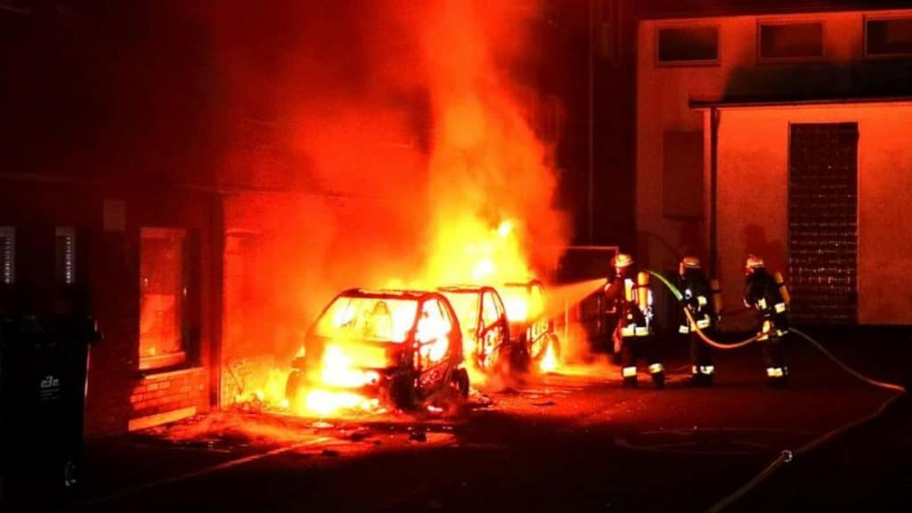 Происшествия: Эссен: неизвестные подожгли три авто с рекламой АдГ