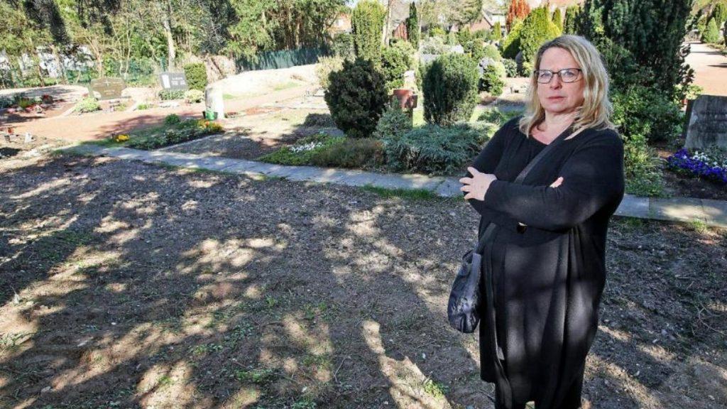Происшествия: Скандал на кладбище: женщина в один день не обнаружила могилу родной матери