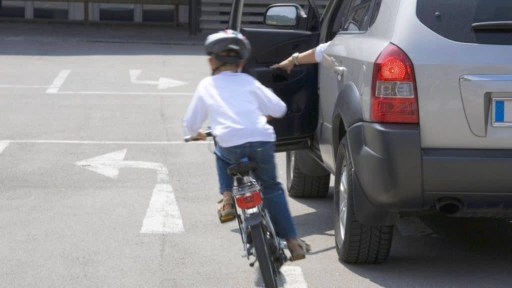 Полезные советы: Благодаря этому лайфхаку вы откроете дверь автомобиля, не зацепив велосипедиста