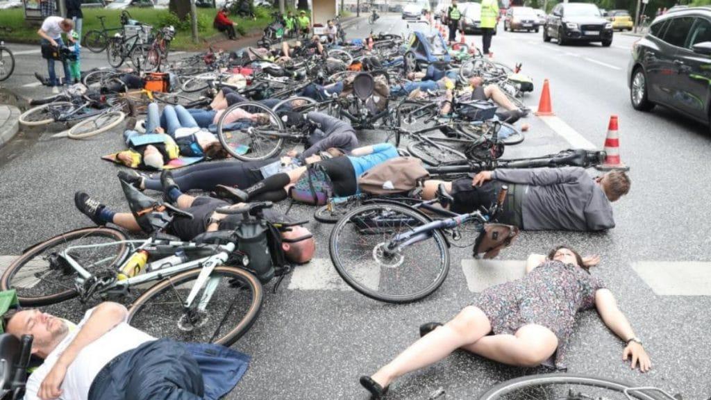 Общество: Велосипедисты устроили акцию протеста, так как на дорогах больше не чувствуют себя в безопасности