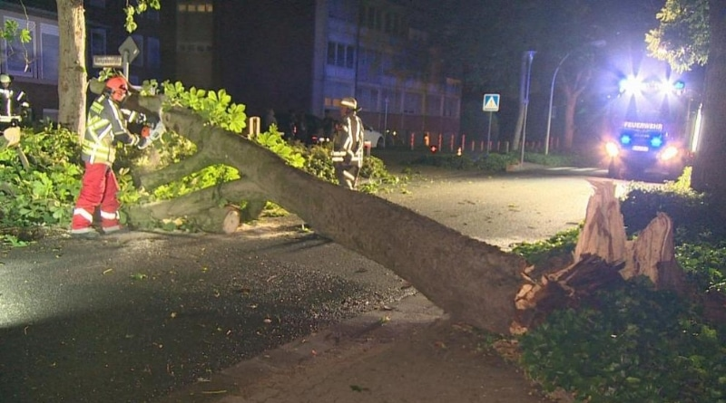 Происшествия: Северный Рейн-Вестфалия: торнадо сорвал крыши домов и перевернул авто рис 2