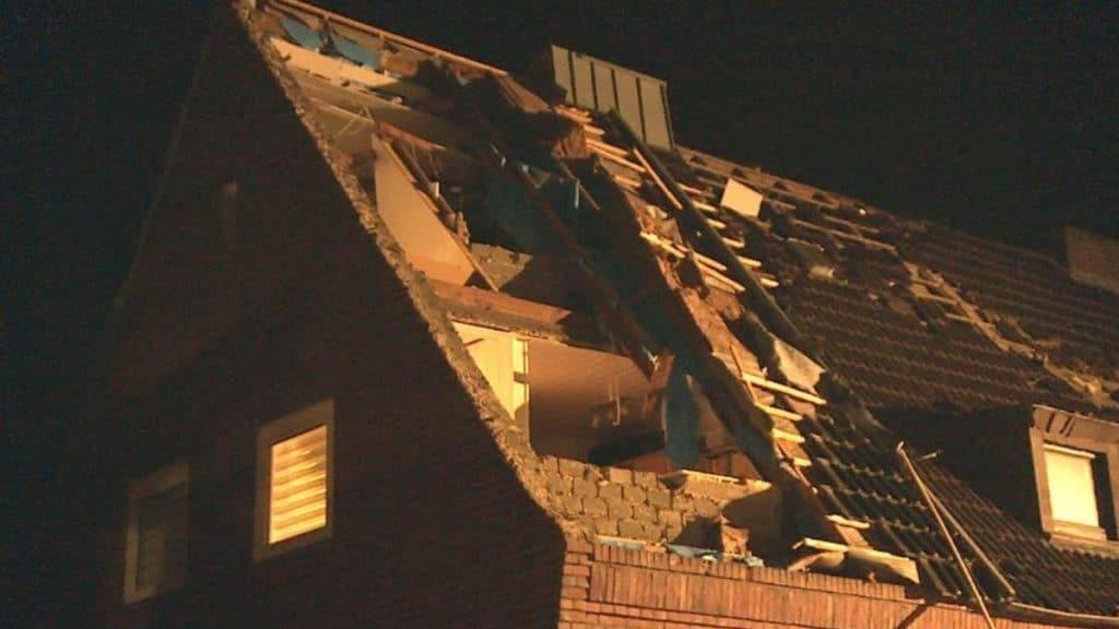 Происшествия: Северный Рейн-Вестфалия: торнадо сорвал крыши домов и перевернул авто