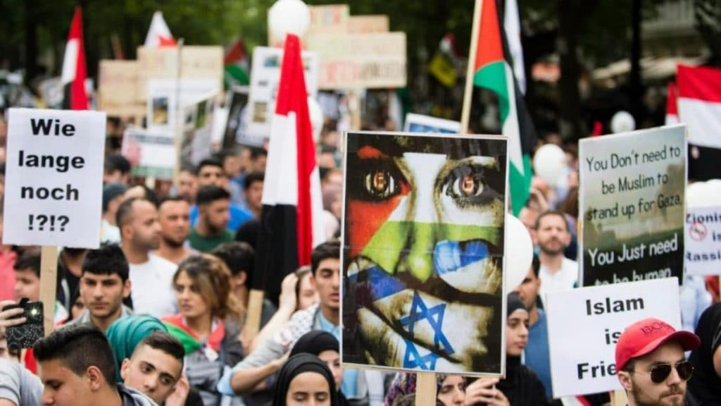 Общество: Почему в Берлине разрешают проводить антисемитскую демонстрацию?