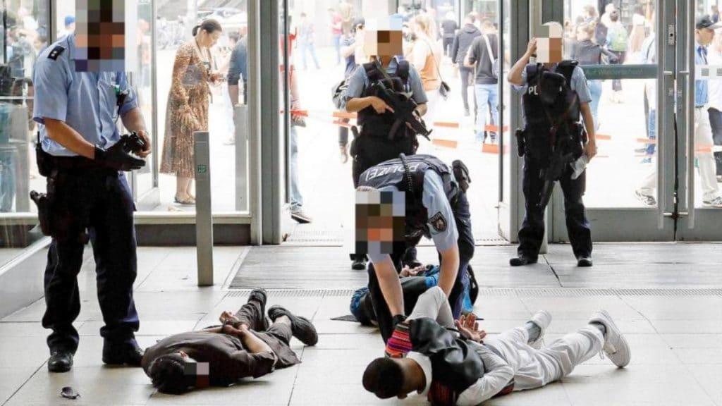 Общество: Полицейских назвали расистами за то, что они защищали других