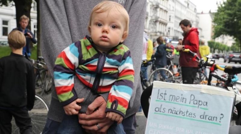Общество: Велосипедисты устроили акцию протеста, так как на дорогах больше не чувствуют себя в безопасности рис 3