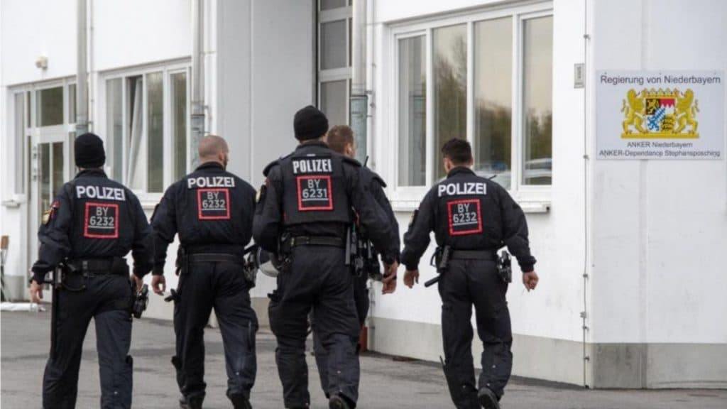 Происшествия: Подробности нападения на полицейских в убежище для беженцев: правоохранителей били, оплевывали, бросали в них велосипеды