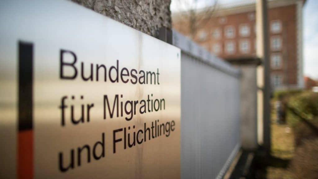 Общество: Беженцы получают деньги для возврата домой, но вскоре снова прибывают в Германию