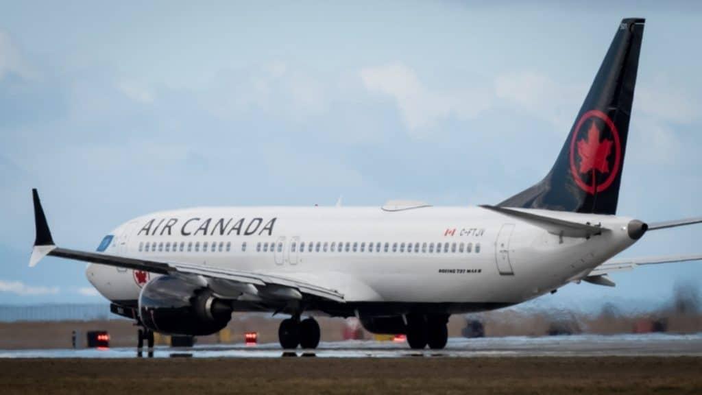 Отовсюду обо всем: Авиакомпания забыла пассажира в самолете